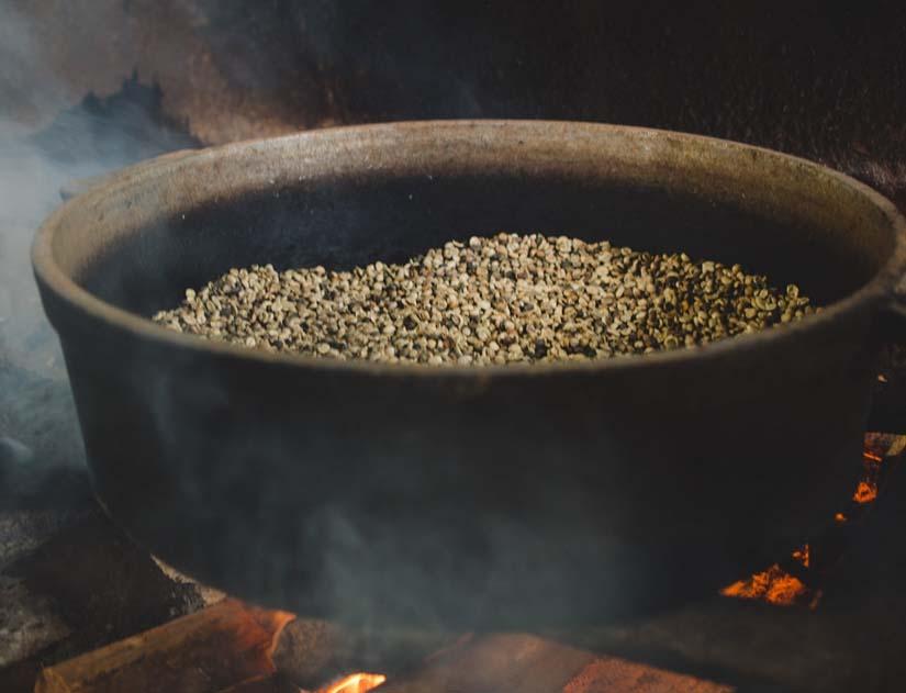 Küba kırsalında kahve kavurmak